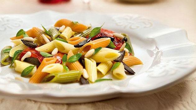 Penne Tricolore Com Tomate E Alho Confit, Azeitonas Pretas